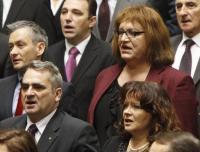 Robert Biedron és Anna Grodzka a himnuszt énekli