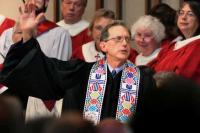 Scott Anderson áldást oszt a felszentelése után