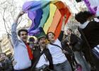 Az azonos neműek házasságát lehetővé tevő törvényt ünneplők Párizsban