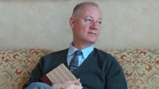 Neil McKenna brit meleg aktivista, újságíró és író, Oscar Wilde legnépszerűbb életrajzának szerzője