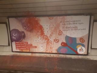 Homofób támadás: megrongálták az egyik szivárványcsaládokról szóló plakátot