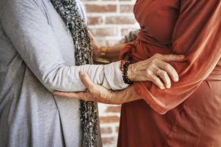 Évekig kekeckedett az önkormányzat az idős leszbikus párral